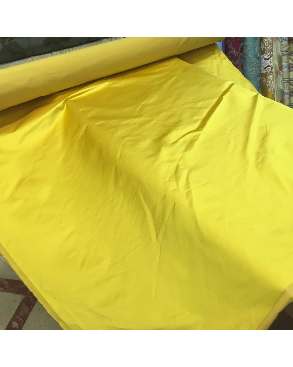 Tela raso de gatas amarillo