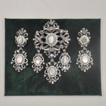 Pendientes y joya con perlas