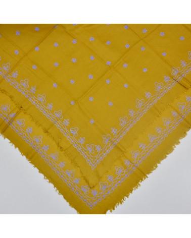 Pañuelo lana oro bordado a cadeneta