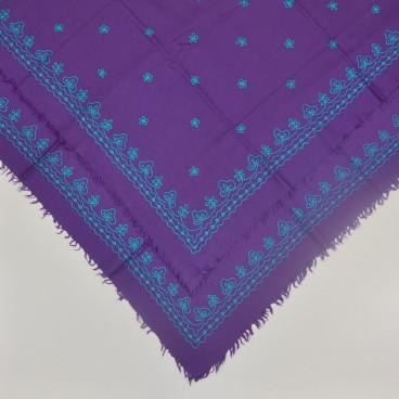 Pañuelo lana morado bordado a cadeneta