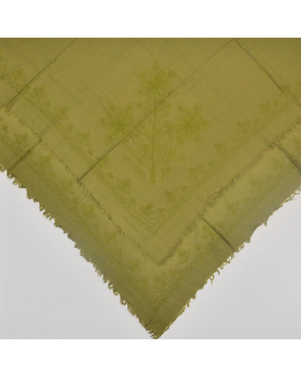 Pañuelo lana verde bordado a cadeneta