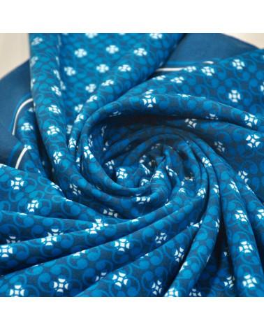 Pañuelo azul con motivos en blanco